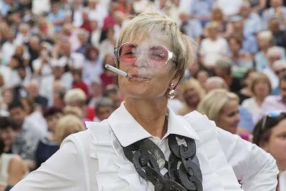 gloria-vaping