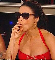 julia-louis-dreyfus-vaping
