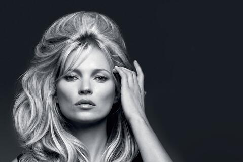 kate-moss-vaping