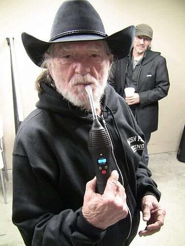 willie-nelson-vaping